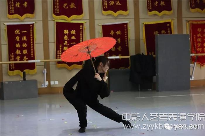 才艺展示伞子舞