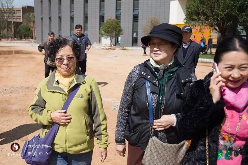 云南艺术学院领导在重阳节看望退休老教师